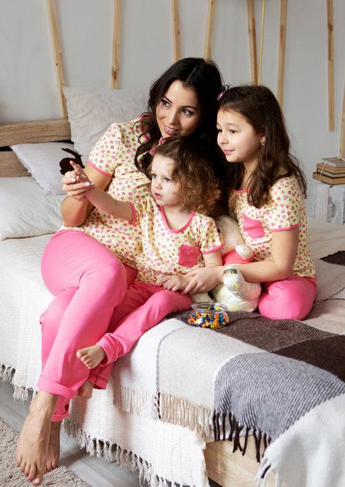 """Комплект в стиле family Look для мамы и дочки с брючками """"Сердечки"""" М-2076"""