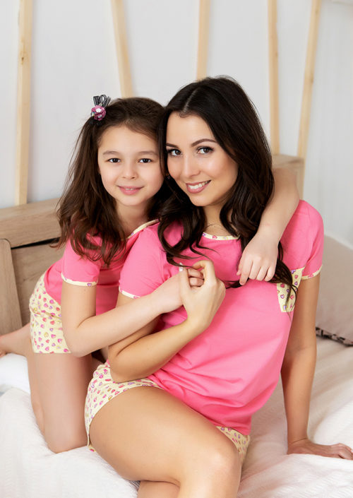 """Комплект пижам в стиле family Look для мамы и дочки с шортами """"Сердечки"""" М-2074"""